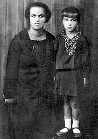 Клара Лучко в детстве с мамой