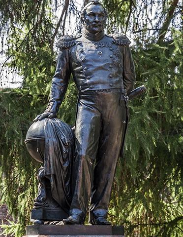 Памятник Фаддею Беллинсгаузену в Кронштадте