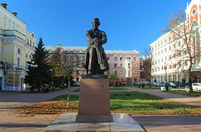 Памятник Н. И. Добролюбову в Нижнем Новгороде