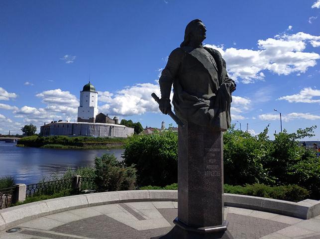 Памятник Федору Апраксину в Выборге