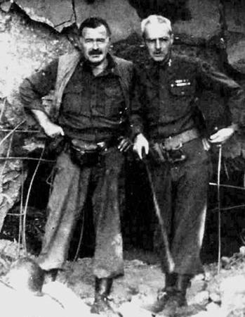 Хемингуэй с полковником Чарльзом «Баком» Ланхэмом в Германии, 1944 год