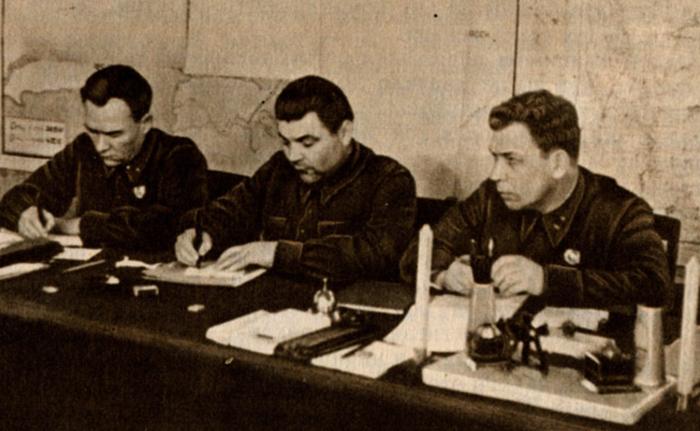 Р. Малиновский  (в центре) в составе приемной комиссии военной академии им. Фрунзе