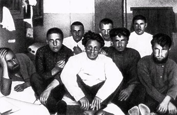 Яков Свердлов в пермской тюрьме с заключенными (1906)