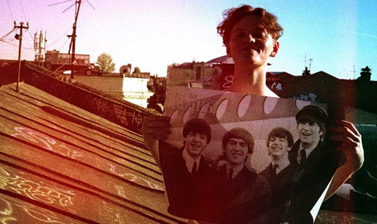 "Эдуард Шарлот с плакатом ""The Beatles"""