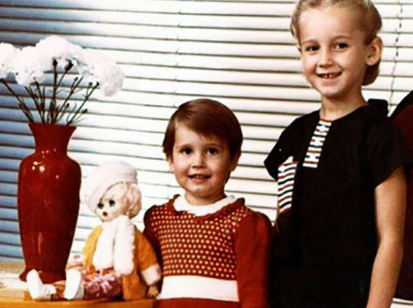 С сестрой Ольгой в детстве