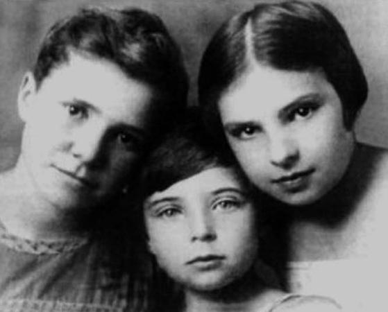 С сестрами Натальей и Еленой в детстве (в центре)