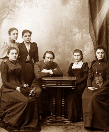 С ученицами Тифлисского училища (конец 1880-ых)