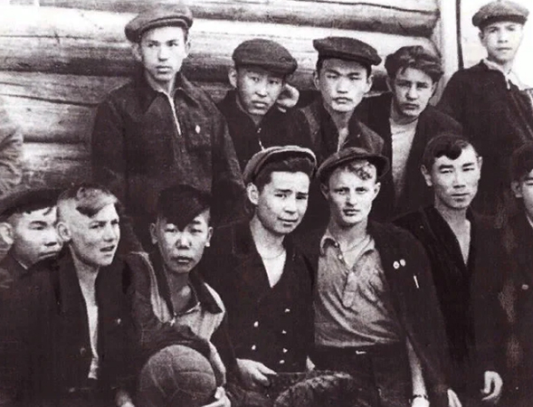 Александр Вампилов (в центре, снизу) с друзьями в юности