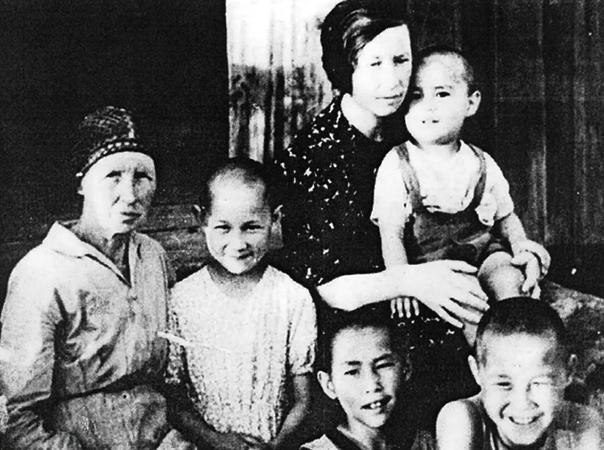 Александр Вампилов (у мамы на руках) с родными в детстве