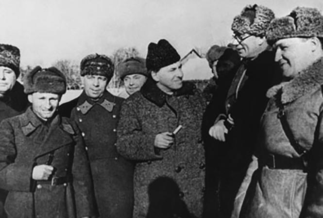Генерал Власов награждается орденом Ленина (1942)