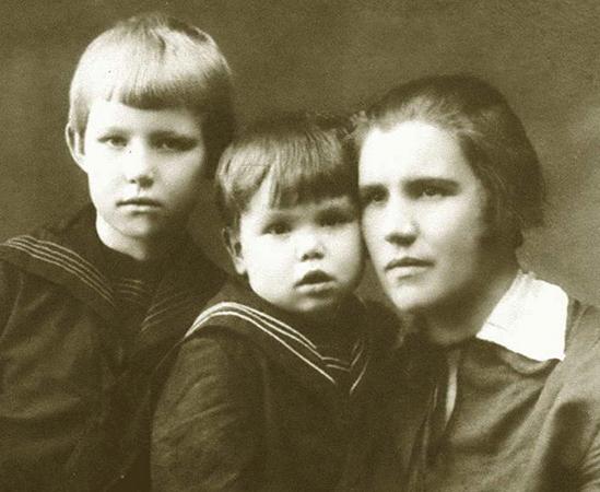 Анна Конева с дочерью Майей и сыном Гелием