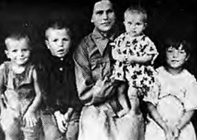Евдокия Павловна с детьми. Иван второй слева
