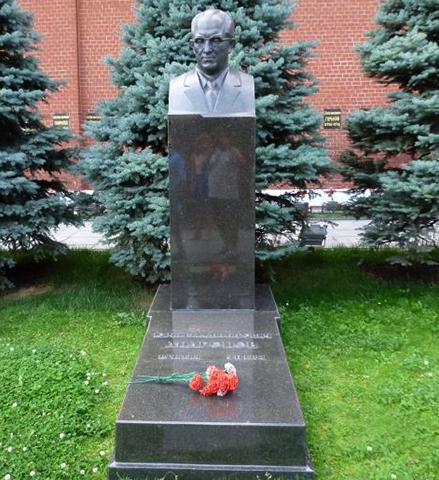 Могила Ю.В. Андропова Кремлевской стены