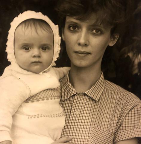 С мамой в детстве