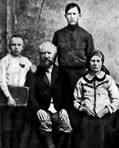Дмитрий Устинов (слева) с родителями и братом