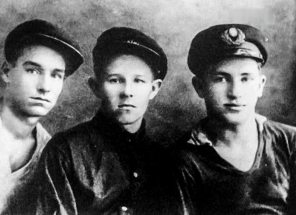 Юрий Андропов (справа) во время учебы в речном училище