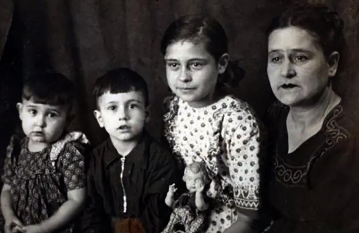 Владимир Асмолов (второй слева) с матерью и сестрами в детстве