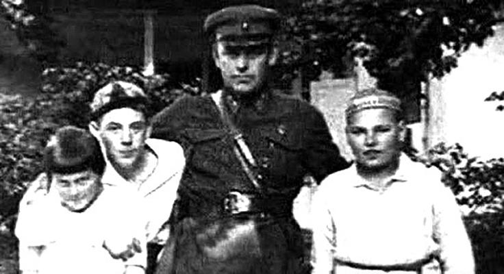 С детьми Сталина: Светланой, Василием, Яковом