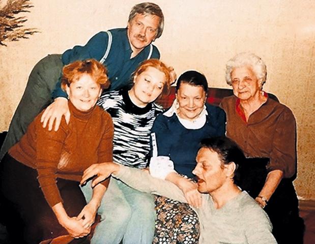 Александр (внизу) с мамой Галиной Александровной (вторая справа) и женой Далей (вторая слева)