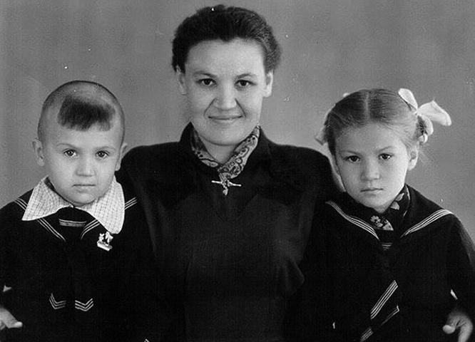 Анатолий Полотно в детстве (с мамой и сестрой)
