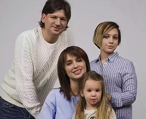 С Максимом Волковым и дочерьми