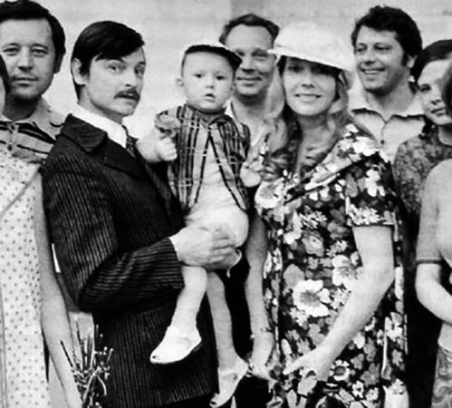 С женой Ларисой и сыном Андреем (1972)