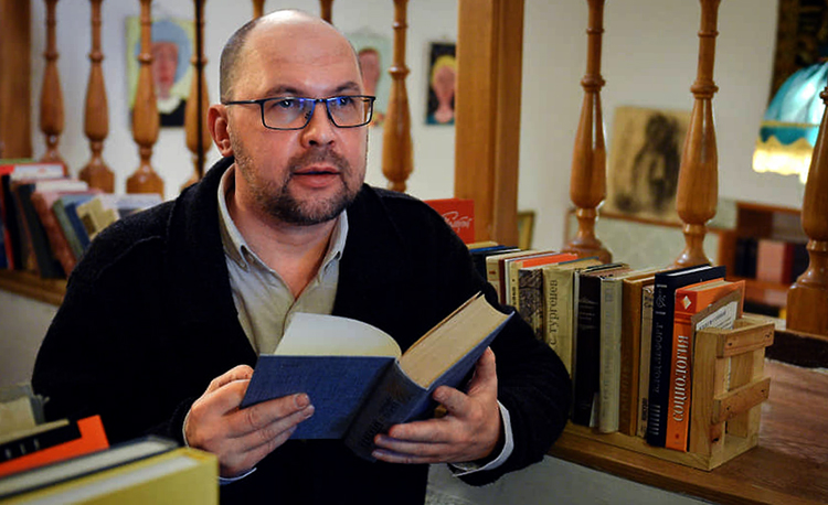 Алексей Иванов с книгой