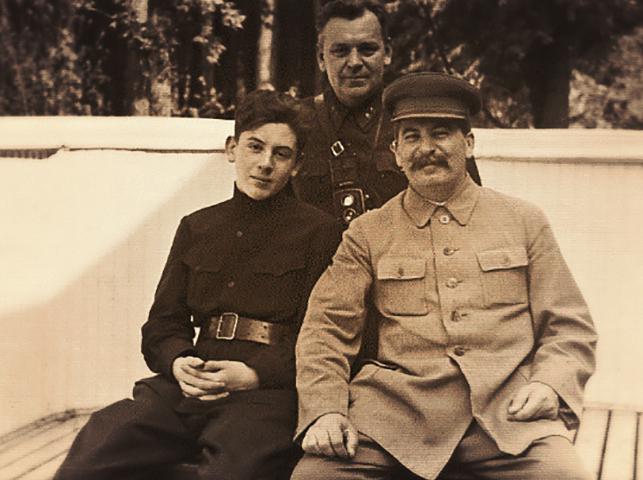 Николай Власик с Иосифом Сталиным и его сыном Василием