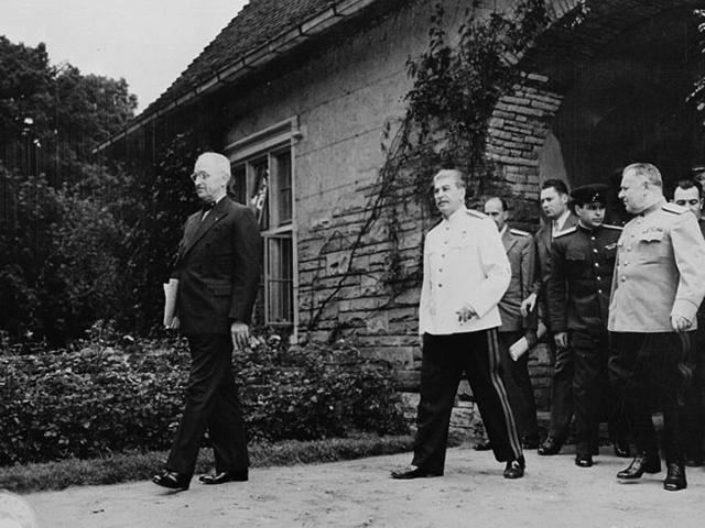 Николай Власик (справа) сопровождает Иосифа Сталина на Потсдамской конференции (1945)