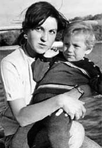Жена Фатима с сыном Антоном