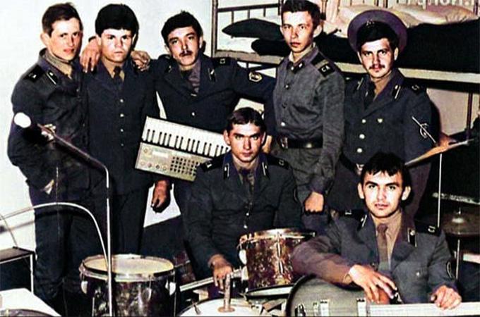 Сергей Челобанов (слева) в армии