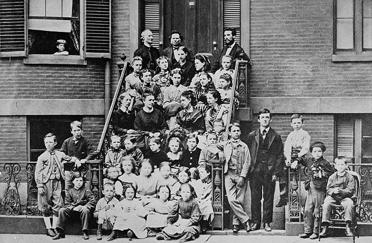 Белл (сверху справа) дает педагогические инструкции учителям Бостонской школы для глухонемых, 1871 год