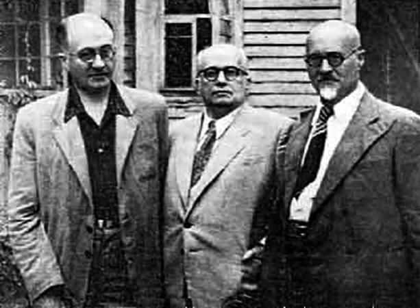 Сергей Рубинштейн (в центре) с братьями Николаем и Григорием