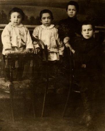 Леонид (крайний справа) с братьями в детстве