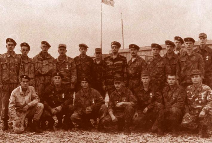 Генерал-лейтенант Анатолий Романов (в центре) в Чечне (1995)