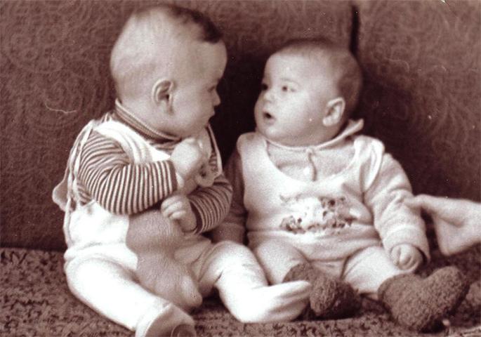 С братом в детстве