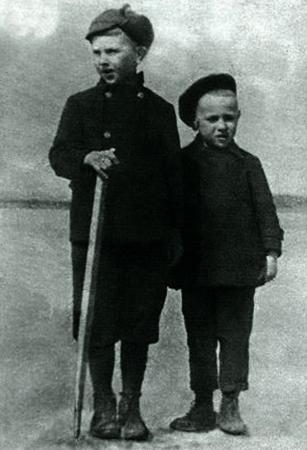 Юрий Власов (справа) в детстве