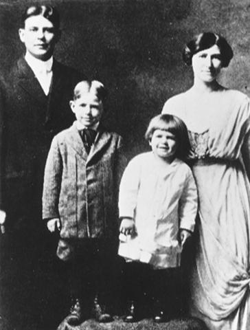Рональд Рейган (второй справа) с родителями и братом