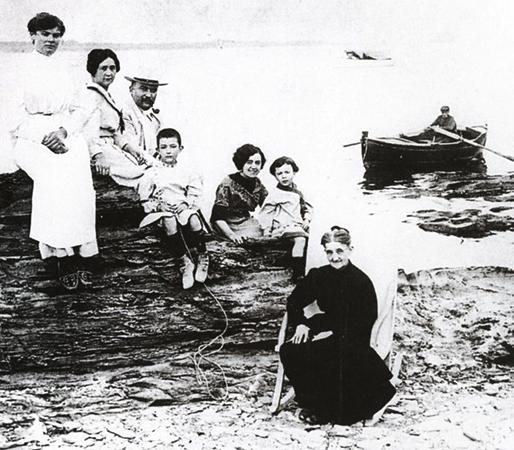 Семья Дали в 1910 году: сверху слева тетя Мария Тереза, мать, отец, Сальвадор Дали, тетя Катерина (позже стала второй женой отца), сестра Анна Мария и бабушка Анна.