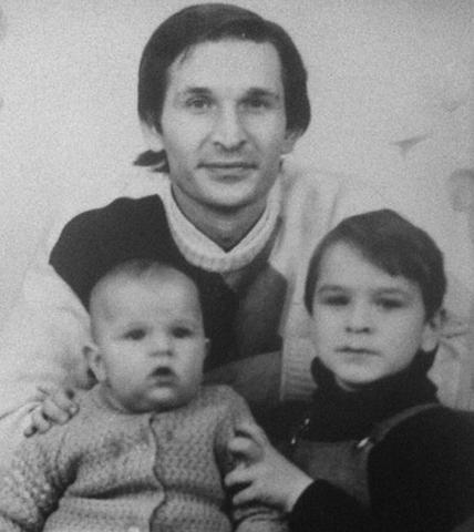 Виктор Добронравов (справа) с отцом и братом