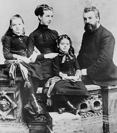 С женой Мейбл и дочерьми Элси (слева) и Мэриан