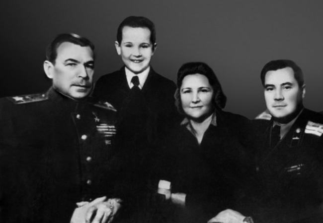 С семьей (1952)