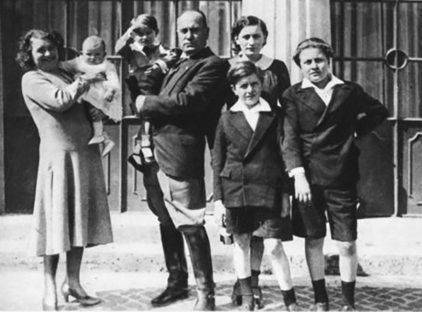Со второй женой и детьми