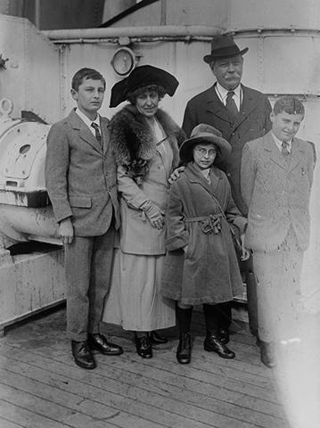 Со второй женой Джин и детьми
