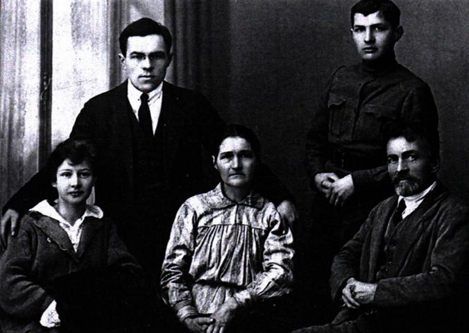 Николай Кондратьев (слева) с женой, родителями, братом Сергеем