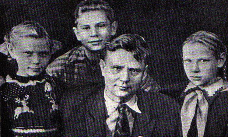 С детьми Ириной (слева), Максимом и Верой