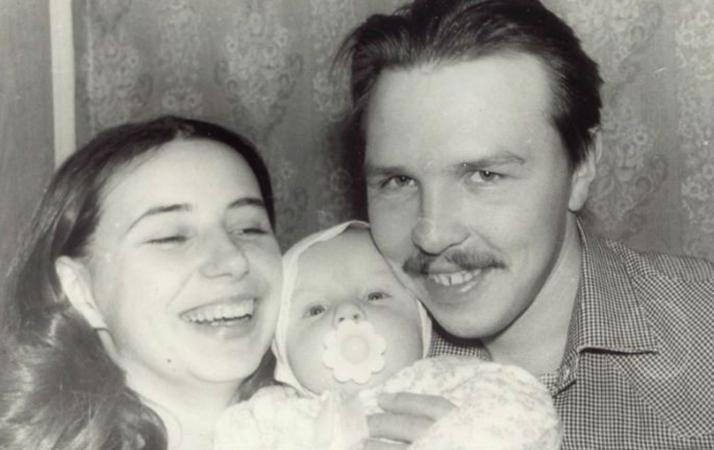С женой и ребенком в молодости
