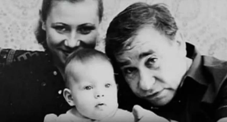 С женой и дочерью