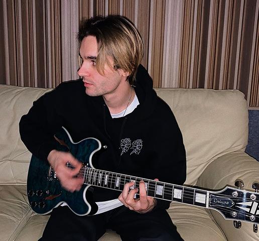 Никита Киоссе с гитарой