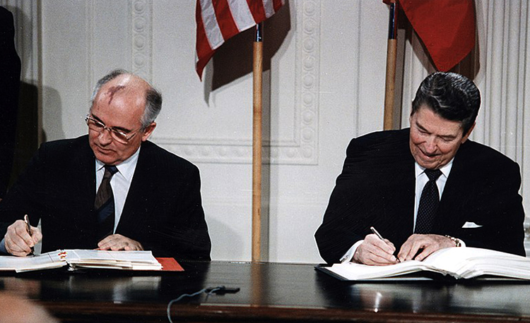 Горбачев и Рейган подписывают Договор РСМД в Белом доме, декабрь 1987 г.
